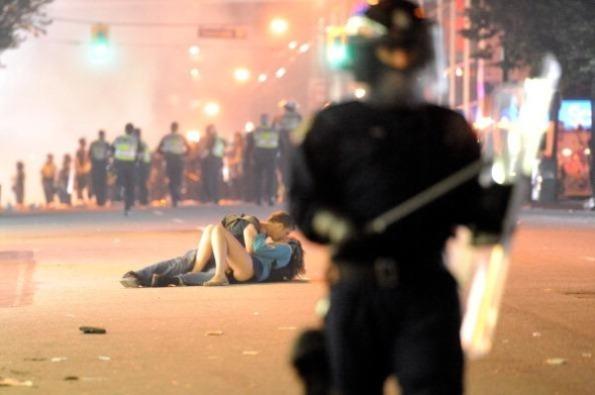 Beso en Vancouver tras las revueltas